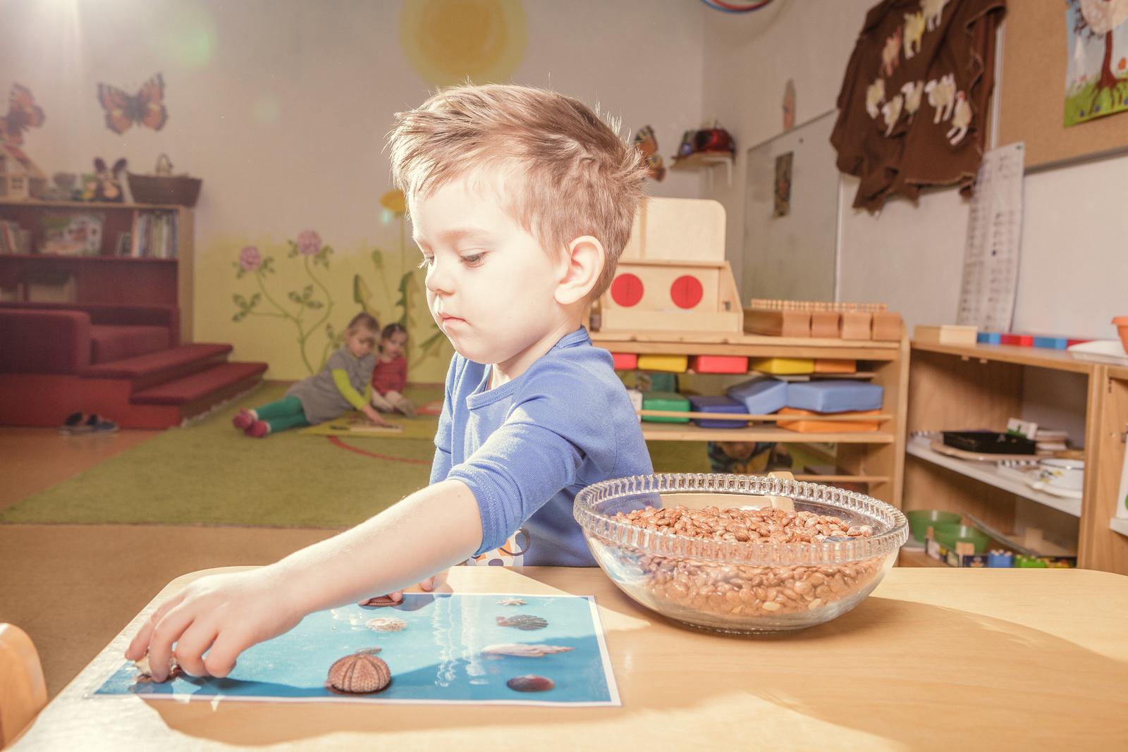 Práce s Montessori pomůckou – u stolku.