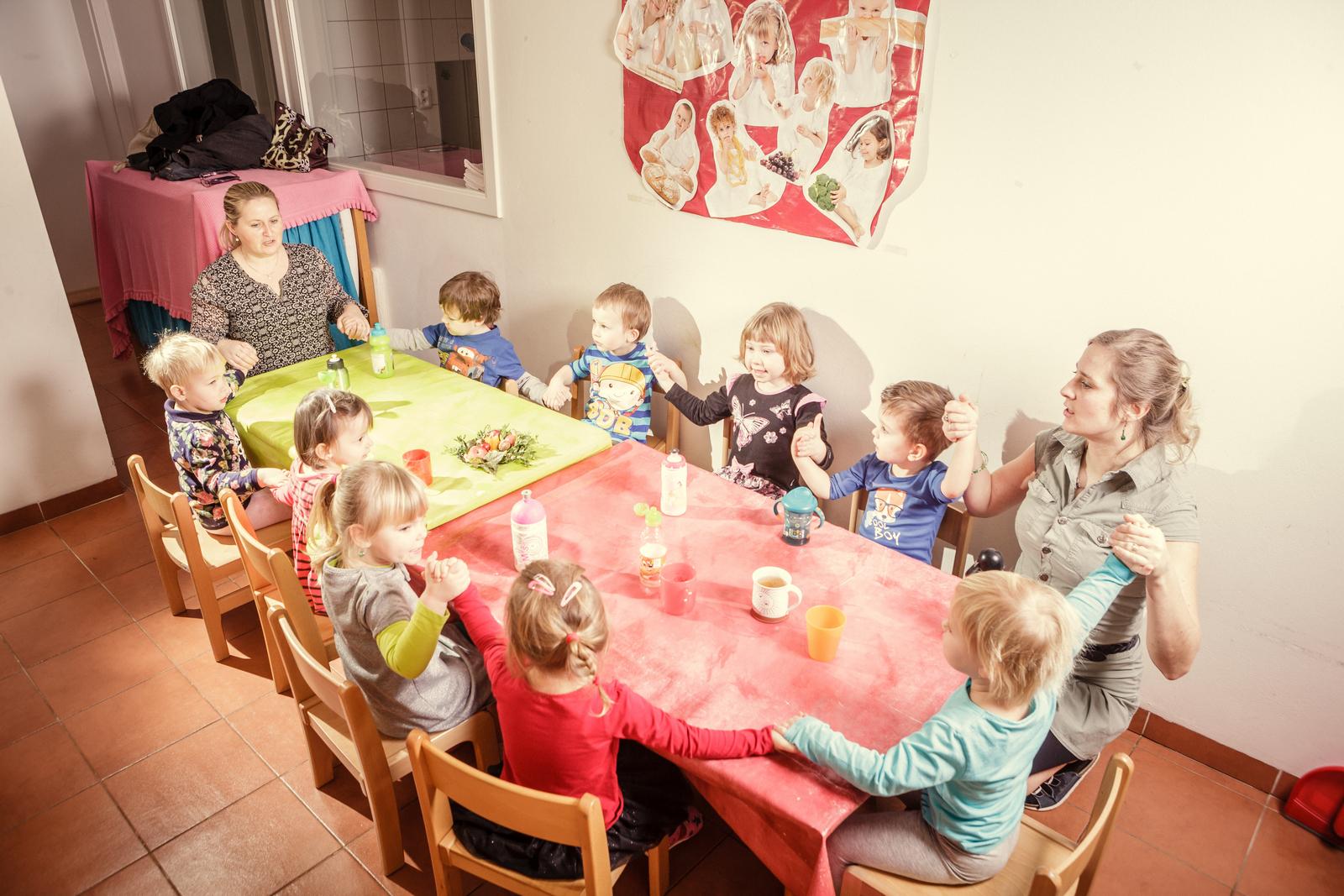 """Společné stolování, před jídlem si všichni popřejí dobrou chuť říkankou: ,,Dneska velký hlad už mám…"""""""